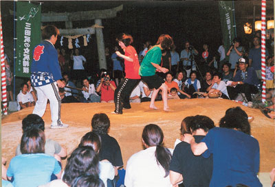 Woman game of standing back to back and shoving each other's buttocks Competition of the Mitajiri