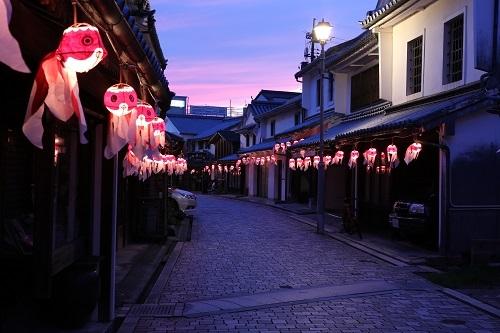 在白壁街景照亮金鱼灯笼